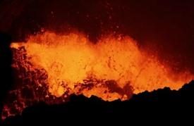 مشهد ذوبان الحمم البركانية يأسر السياح في نيكاراغوا