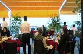 مقاهي ومطاعم طرابلس ملاذ الباحثين عن حياة طبيعية في بلد مأزوم