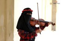 فتاة الكمان المنقبة بالمستشفى بعد جدل حول عزفها في مسجد