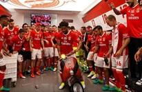 لاعب بنفيكا يحتفل بدراجته داخل الملعب بعد التتويج (فيديو)