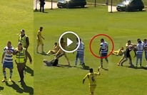 """لاعب """"مصارع"""" يوجه ضربة قوية لوجه الحكم بركبته (فيديو)"""