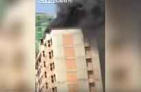 عامل يسقط من أعلى مبنى.. والجميع يصور ولا يساعد (فيديو)