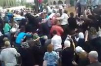 """النظام يوزع مساعدات على أهالي قتلاه بطريقة """"مهينة"""" (شاهد)"""