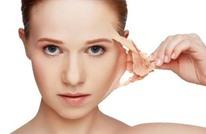 ما هي الأخطار الخفية لمقشرات الوجه وكريمات الترطيب؟