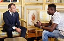 ماكرون يستقبل مهاجرا من مالي بعد إنقاذه طفلا (شاهد)