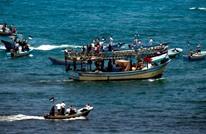إنقاذ 6 بحارة مصريين قذفت الأمواج مركبهم لبحر غزة (صور)