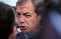 """محتج يسكب """"ميلك شيك"""" على رئيس حزب بريطاني (شاهد)"""