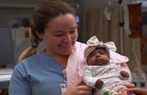 أصغر مولود بالعالم يغادر المستشفى بعد 5 أشهر (شاهد)