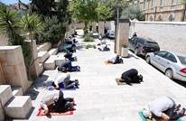 مقدسيون يصلون جمعة رمضان الثانية على أبواب الأقصى (صور)