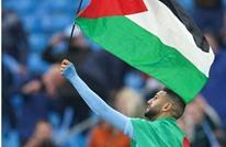 كيف حصل محرز على علم فلسطين ليلة تتويج السيتي؟ (شاهد)