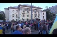 أوكرانيون يحتجون أمام السفارة الروسية (فيديو+صور)
