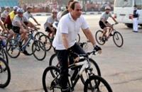 السيسي من جديد على دراجة هوائية في القاهرة (شاهد)