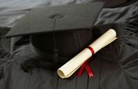 رجل يحصل على شهادة التخرج من المدرسة بعد 72 عاما