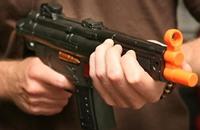 لصوص يسرقون متجر أسلحة.. بسلاح مزيف !