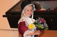 طفلة تتلقى صفعة بعد تقديمها الورود لملكة بريطانيا (فيديو)