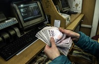 الليرة التركية تخسر 2.5% أمام الدولار لمستوى قياسي جديد