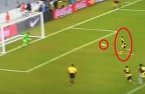 لاعب فنزويلا يثير سخرية العالم بطريقة تنفيذه ركلة جزاء (فيديو)