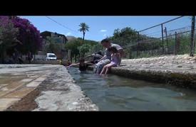 """فلسطينيو """"أريحا"""" يهربون من حرارة الطقس إلى ينابيع المياه"""