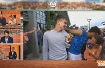 قبلة لاعب على خد صحفية تكلفه الطرد من بطولة كبرى (شاهد)