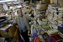 عامل نظافة يؤسس مكتبة كبيرة من الكتب الملقاة في النفايات
