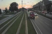 سائقة قطار توقفه لتفسح لمواطن تركي إنهاء صلاته (فيديو)