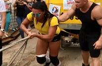 """رياضية من كازاخستان تسحب """"تراما"""" وزنه 22 طنا (شاهد)"""