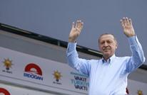 نشطاء أتراك يجسدون مسيرة نجاح أردوغان بطريقة طريفة (شاهد)