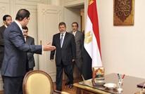 نجل مرسي ينشر صورة لوحة على مكتب والده.. ماذا فيها؟