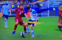 حمامة تدافع مع لاعبي فنزويلا وتوقف هجمة الأرجنتين  (شاهد)