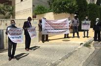 أهالي معتقلين أردنيين بالإمارات يعتصمون أمام سفارتها بعمّان