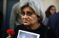 والدة علاء عبد الفتاح تنام أمام سجنه بانتظار رسالة (صور)