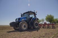 مزارع تركي يحرث أرضه عبر الأقمار الصناعية