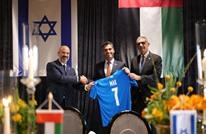 سفير أبو ظبي بتل أبيب يحضر مباراة ويثير سخطا (شاهد)