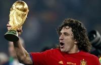 الإسباني بويول يسلم كأس العالم للفيفا بالبرازيل