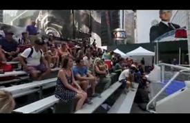 دورة خيرية لكرة قدم الشوارع وسط ميدان التايمز بنيويورك