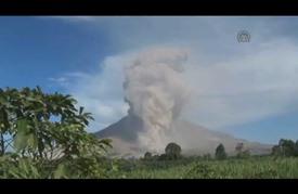 """تواصل إلغاء رحلات الجوية بإندونيسيا جراء استمرار ثوران بركان """"راونغ"""""""