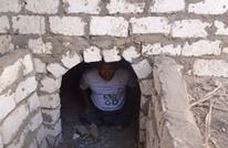مسؤول مصري يفتح قبر والديه وينام فيه لساعة (صور)