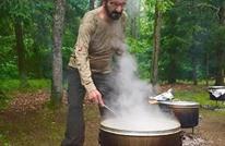 نائب رئيس الإمارات ينشر صورة له طباخا في غابة