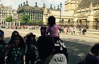ديلي ميل: متظاهر لوّح بعلم تنظيم الدولة أمام برلمان بريطانيا