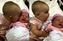 5 ملايين مشاهدة لطفلة تقبل قريبتها الرضيعة (فيديو)