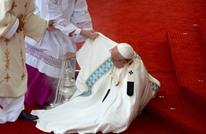 بابا الفاتيكان يسقط أرضا خلال زيارته لبولندا (شاهد)