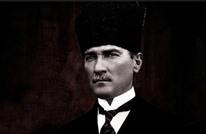 """في حادثة نادرة.. تركي يهاجم تمثالا لأتاتورك بـ""""منجل"""" (شاهد)"""