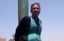 """مصريون يعلقون سيدة على """"عمود إنارة"""".. لهذا السبب (فيديو)"""