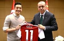 """سياسي ألماني يدافع عن أوزيل"""" ضد مهاجميه لصورته مع أردوغان"""