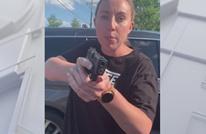 أمريكية بيضاء تهدد أخرى سوداء وابنتيها بالسلاح (شاهد)