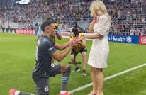 لاعب يطلب الزواج من صديقته بالملعب أمام الجماهير (شاهد)
