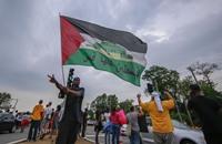 متظاهر أمريكي يرفع علم فلسطين بولاية ميزوري (صور)
