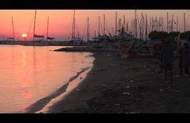 لاجئون سوريون يعبرون من تركيا عبر بحر إيجة لبلوغ اليونان 