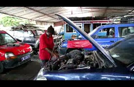 """""""الأنامل الناعمة"""" تغزو عالم إصلاح السيارات في السنغال"""