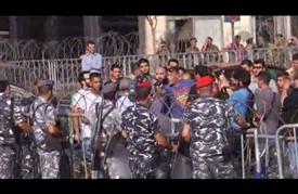 نشطاء يحاولون اقتحام مقر الحكومة اللبنانية ببيروت